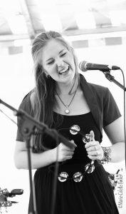 portrait de la chanteuse Lucie Joy en noir et blanc