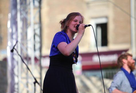 photo de la chanteuse lucie joy en concert avec un micro